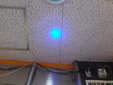 白い天井に青い光