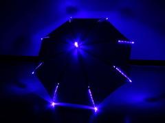青い傘は青く光ります