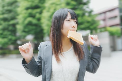 食パンをくわえる女性