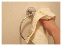 写真:お手洗いのタオルハンガー