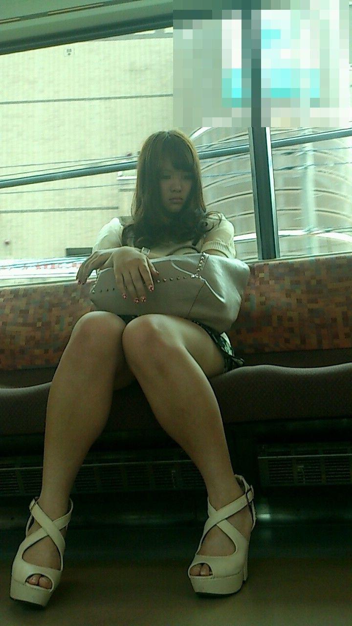 エロい太ももが見放題!電車内ミニスカギャル最高wwwwwww