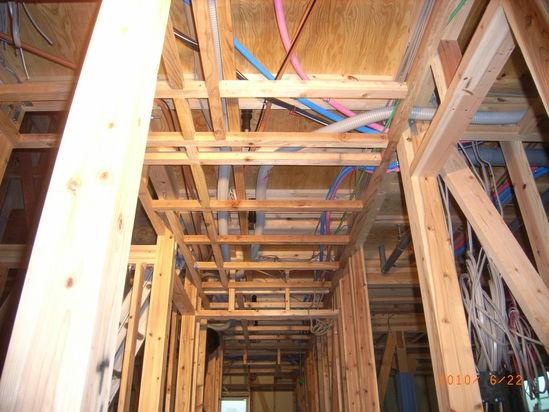 天井の中の設備配管や配線