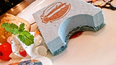 ケーキのスポンジが青い
