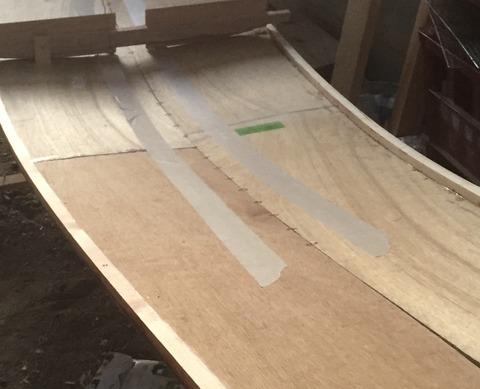 銅線でステッチしたベニア板