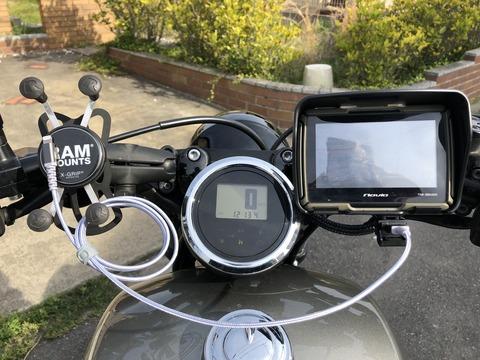 ヤマハボルト boltに取り付けたUSB電源とバイク用ナビ