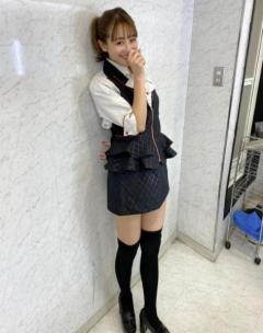 鈴木奈々、パチンコ店の制服スカート姿に「こんな店員がいたら」「マドンナ的存在」