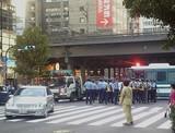 有楽町マリオン前の晴海通りに警官隊