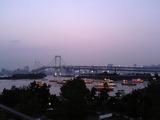 レインボーブリッジと屋形船の夕景