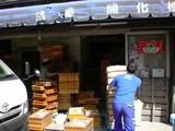 材料搬入商品搬出で忙しい開化楼店頭