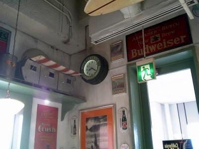 壁掛け時計に Bank of America のロゴ