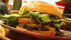 パイナップルバーガーにチェダーチーズ@クアアイナ横浜赤レンガ店