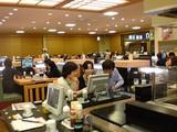 カウンター席から見るテーブル席@沼津魚がし鮨流れ鮨浜松市野店