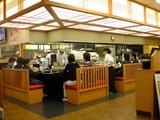 カウンター席と厨房風景@沼津魚がし鮨流れ鮨浜松市野店