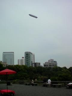 芝離宮恩賜庭園上空に飛行船