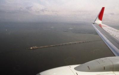 羽田空港へのアプローチ中に見えたアクアライン海ほたる
