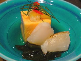 先付けのあんきも豆腐とホタテ