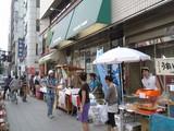 隅田川花火大会のまるごと北海道雷門店物産本舗店頭風景