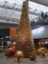 到着ロービーのクリスマスツリー@香港国際空港