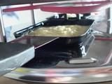 ラクレットグリルでチーズを加熱中