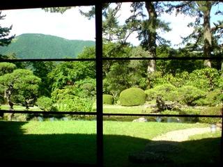 箱根茶寮椿山荘の庭と遠くに大文字を眺める