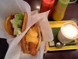 チーズドッグ、ベーコンオムレツバーガー、カフェラテ