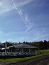 キープ農場ショップ上空に飛行機雲