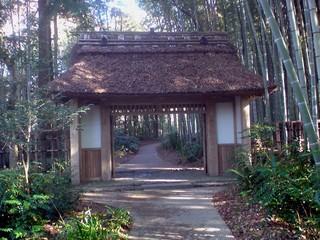虎屋と岸信介邸への山門