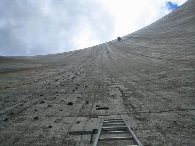 the_largest_manmade_climbing_wall_in_the_world_640_01