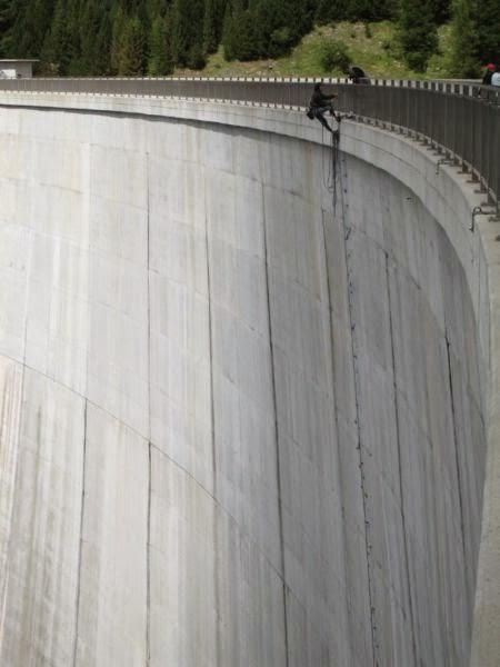 the_largest_manmade_climbing_wall_in_the_world_640_03