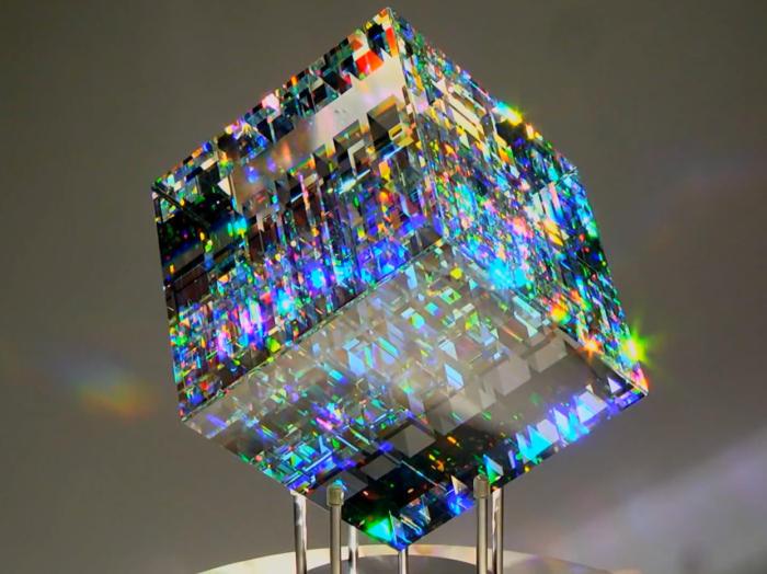 まるでダイヤモンド!フィボナッチ比率が生み出したキラキラ輝くガラス彫刻