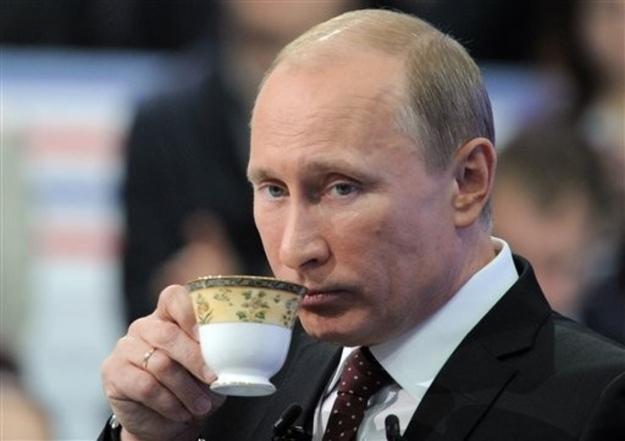 おしゃれなカップで飲み物を飲むプーチン大統領