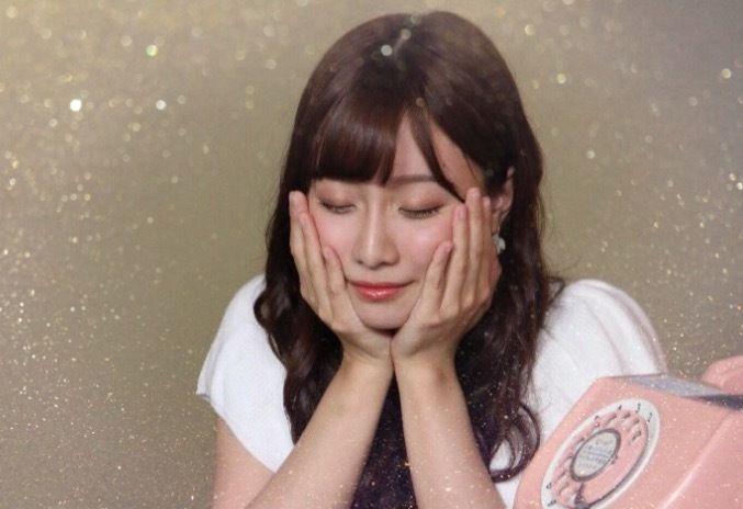 目を閉じてポーズを決める柴田阿弥