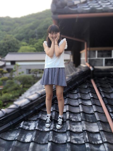 稲垣香織「これは3年前の写真です!!家の瓦です!笑」