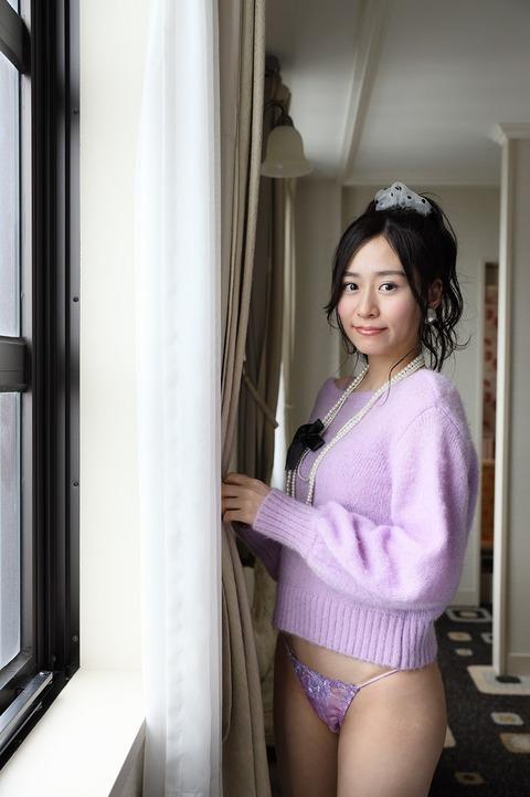 元NMB48で女優の内木志が1st写真集『こころまち』(9月11日発売)でエッチな谷間とヒモパン