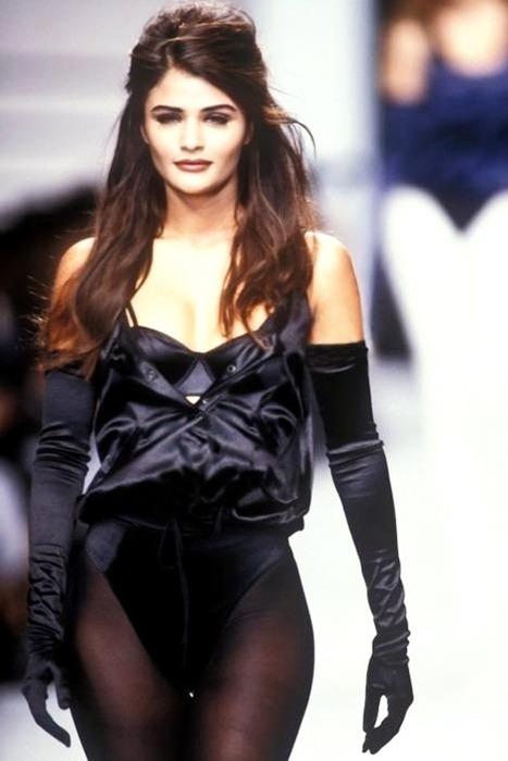 黒のロング手袋と黒パンストでファッションショー