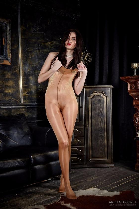 全裸にパンスト直穿きの女性