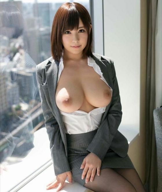 OLスーツを着てトップレスになっている巨乳女性