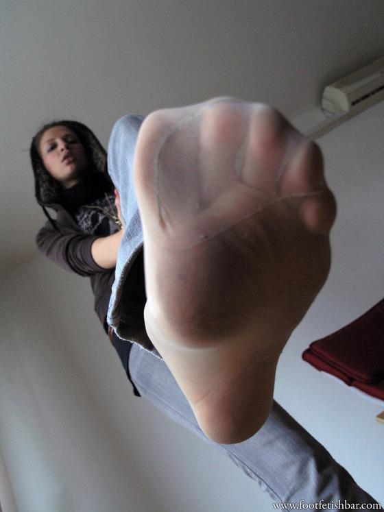ジーンズにパンストを履いた女性の足の裏
