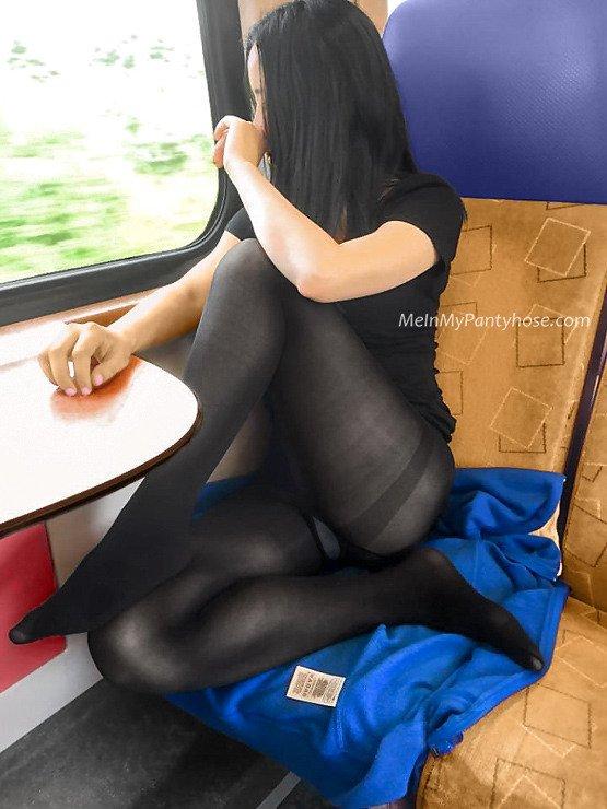 電車内で黒タイツの脚を根本までむき出し
