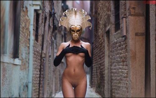 路地裏に居た仮面の女性が全裸にロング手袋だった
