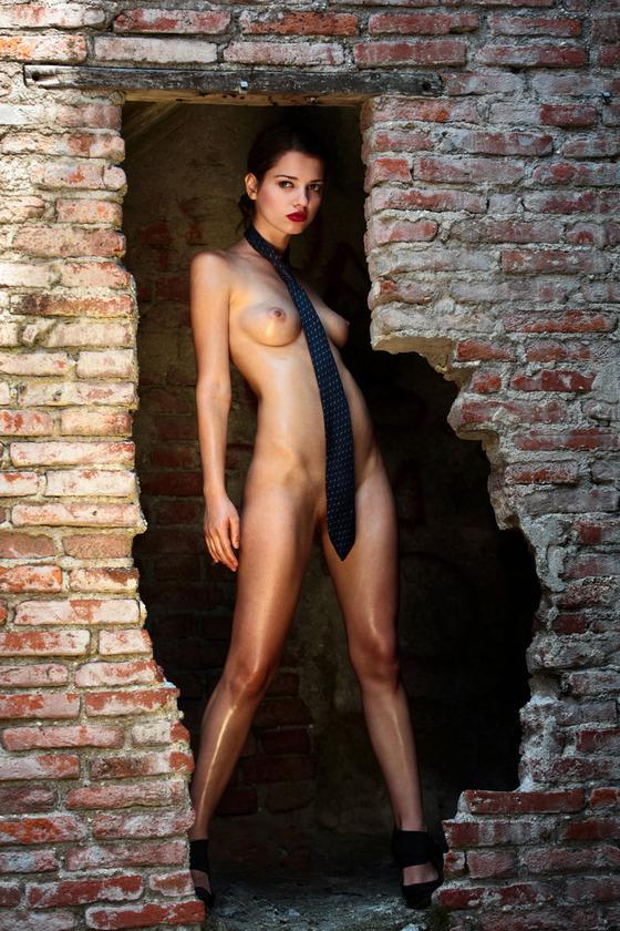 廃墟の中で全裸にネクタイ