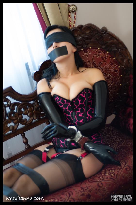 ラバーのロング手袋をはめた女性が拘束さるている画像