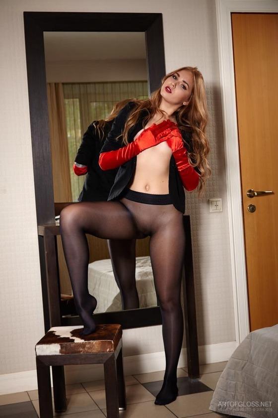 黒のシームレスパンスト直穿きに赤のロング手袋