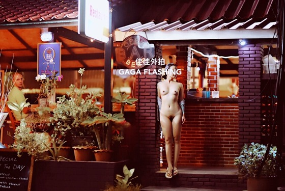 お店の入り口の前で全裸露出