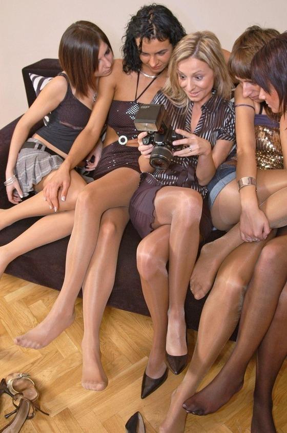 5人のパンスト脚が密集しているお得画像