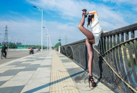 黒いシームレスパンスト直穿きで大開脚
