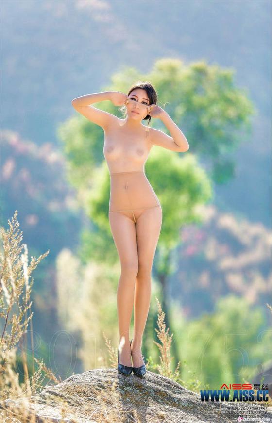大自然の中に全裸ノーパンパンスト直穿きで立つ女性