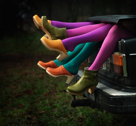 車のトランクからカラータイツの脚が飛び出している画像