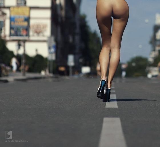道路の真ん中を全裸の下半身だけが歩いている画像