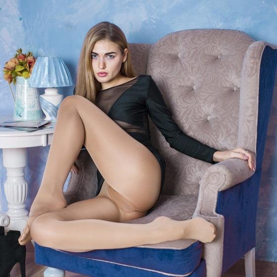 ノーパンパンストの女性が椅子に座って股間をモロ見せ